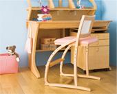 座面の高さを調節することで、椅子を使い始める幼児から大人まで幅広く対応できるシンプルデザイン。